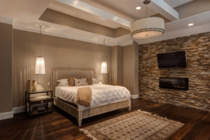 спальня с искусственным камнем