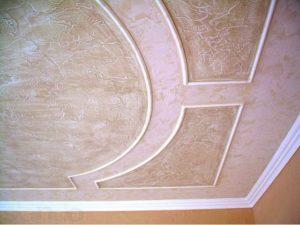 Использование штукатурки для оформления потолка